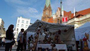 In Schwerin findet unser Markt auf dem Platz vor dem Schweriner Dom statt